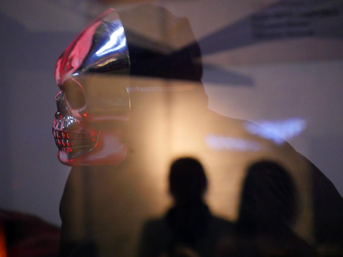 Tanzaufführung auf einer Bühne hinter Glas | Bild: HEINZ KNOTEK / TrinosophieBlog