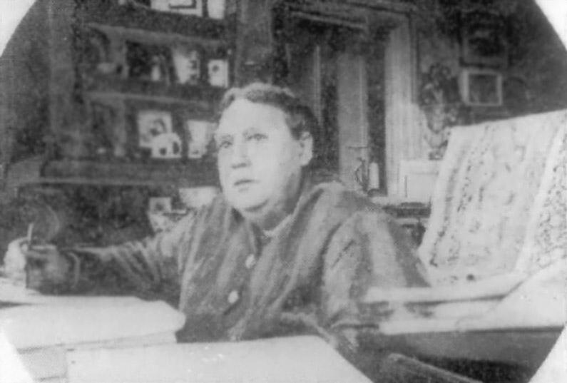 H.P. Blavastky arbeitet an ihrem Opus Magnum, der GEHEIMLEHRE, London 1887. Foto: gemeinfrei