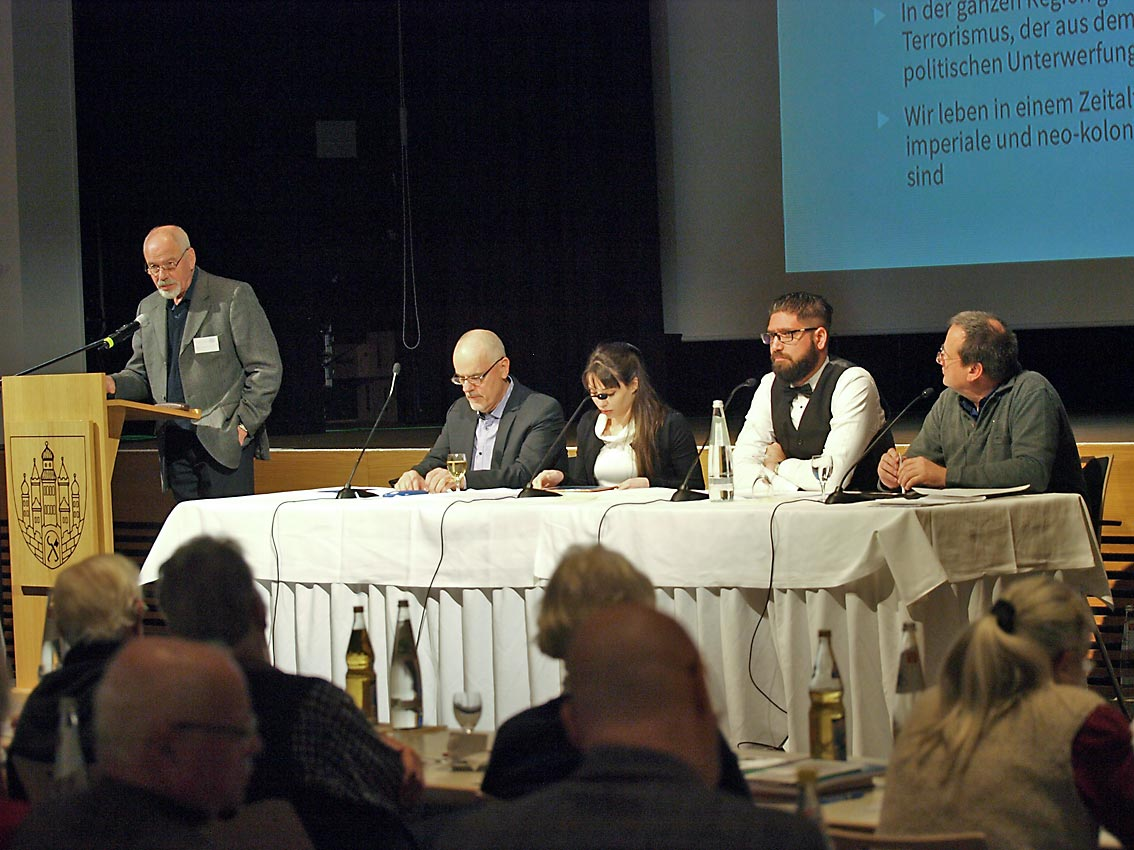 Podiumsdiskussionen, Moderation: Oberstleutnant a. D. Jochen Scholz | Bild: Heinz Knotek (Synonym)/TrinosophieBlog