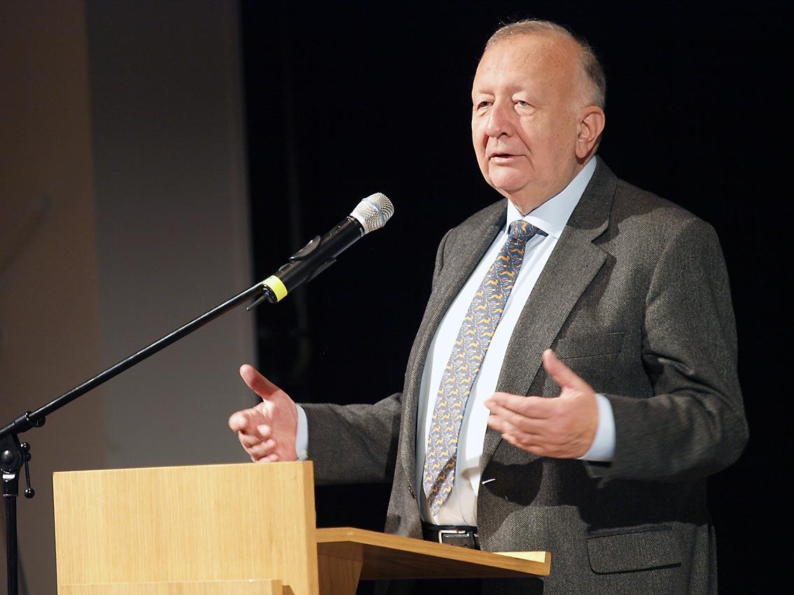 Willy Wimmer auf dem Kongress BRANDHERD SYRIEN | Bild: Heinz Knotek (Synonym)/TrinosophieBlog